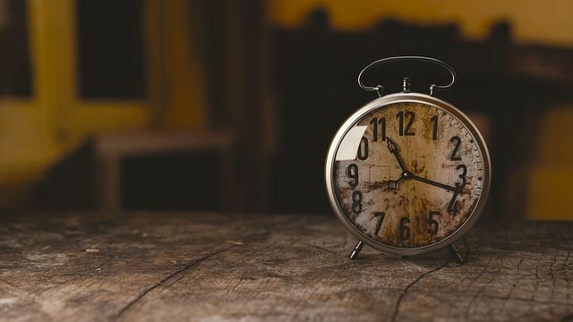 Une montre ancienne sur une table en bois.