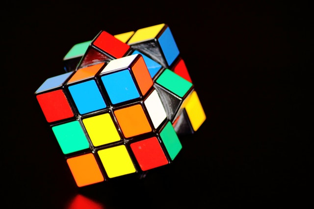 Rubik's Cube sur fond noir.