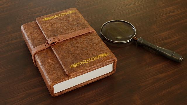 Un livre ancien avec une loupe.